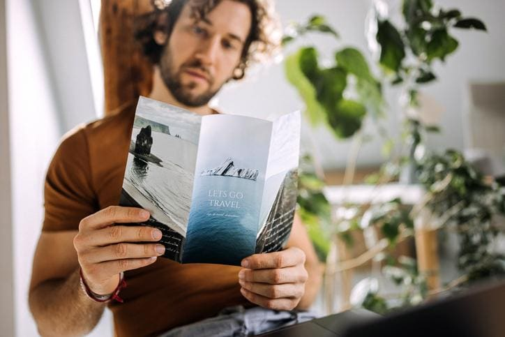 mężczyzna czyta ulotkę